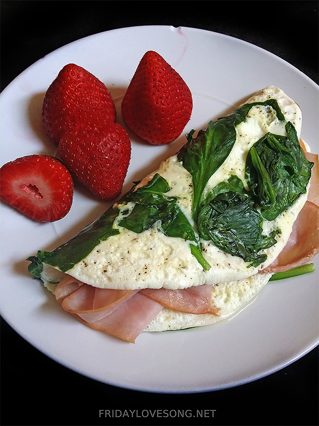 Ham and Spinach Egg White Omlette With Strawberries | fridaylovesong.net