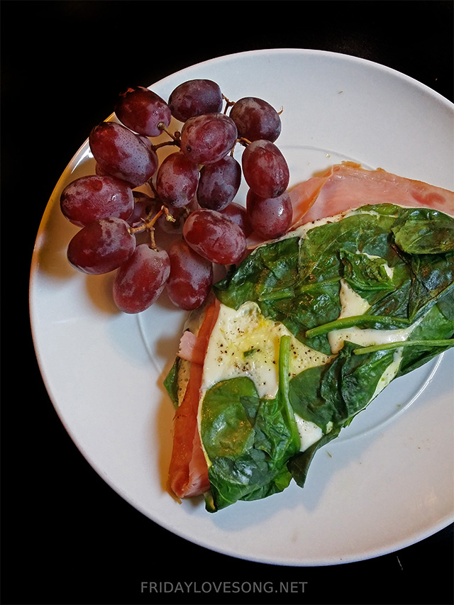 Spinach and Egg White Omelette with Grapes | fridaylovesong.net